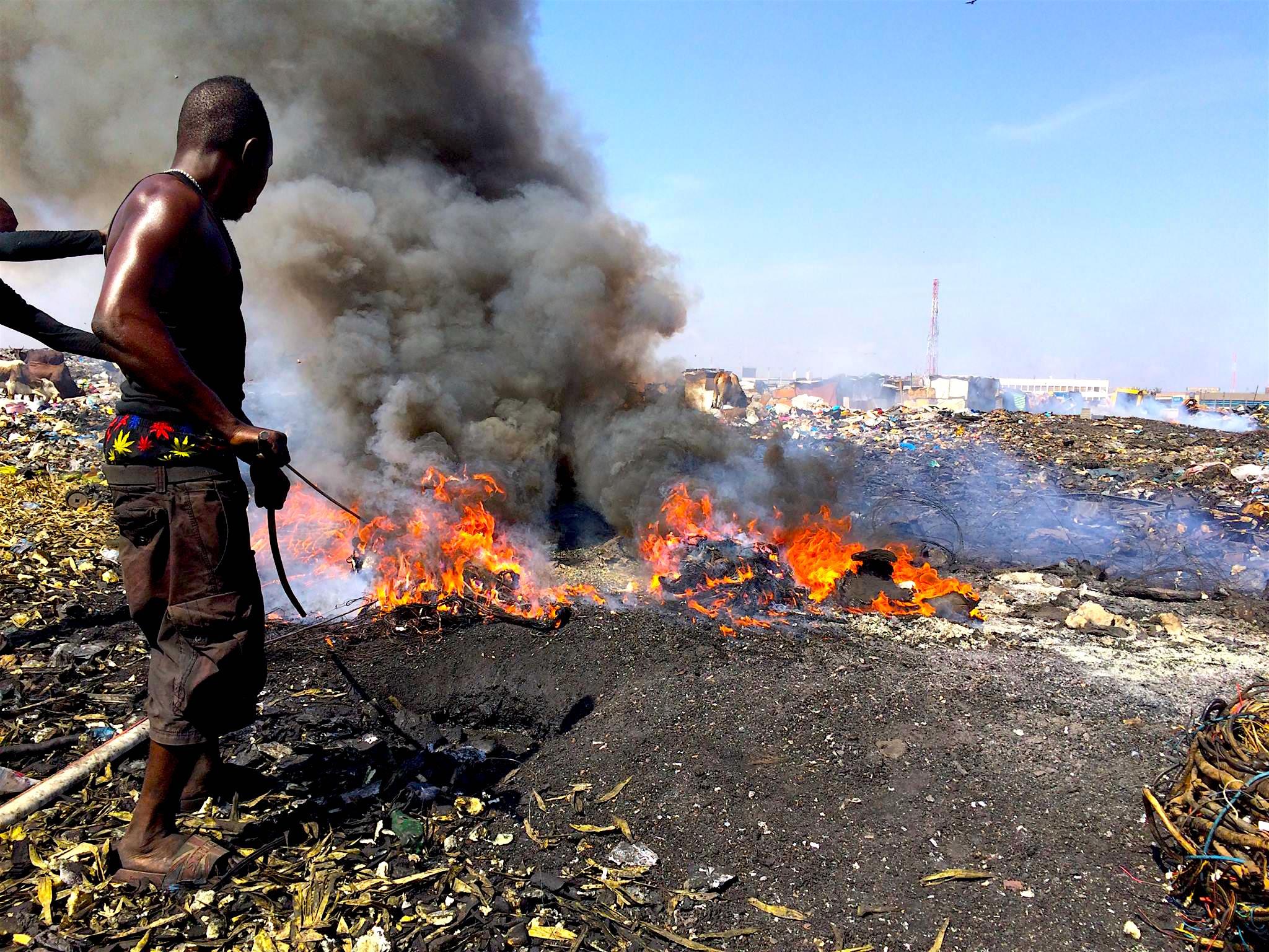 Afbrændingen sker under sundhedsskadelige forhold, hvor de lokale arbejder uden sikkerhedsudstyr og indånder de giftige gasser frade brændende materialer. Folk som arbejder i Agbogbloshie lider af konsekvenserne ved at være i det usunde miljø, men også borgere og naturen i det omkringliggende miljø er under stor risiko.